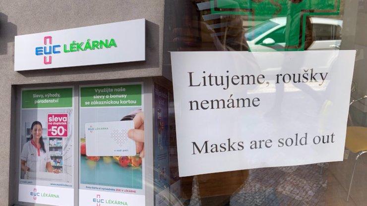 Češi panikaří kvůli koronaviru: Vykoupili roušky a dezinfekce, respirátory nejsou vůbec