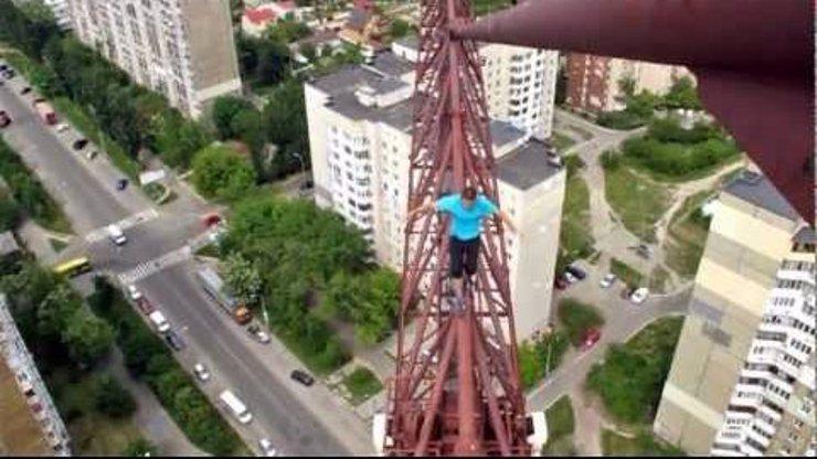 Fotky, ze kterých budete mít závrať: Kyjevský kaskadér riskuje ve výškách