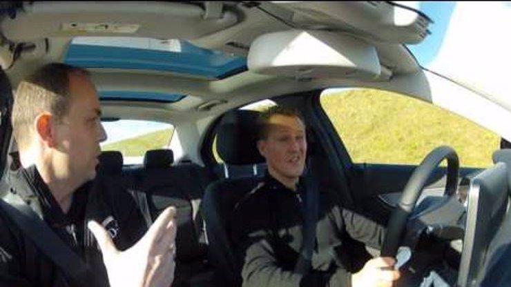 Je to nějaká pomsta? Michael Schumacher při testu auta skoro přejel Václava Klause!
