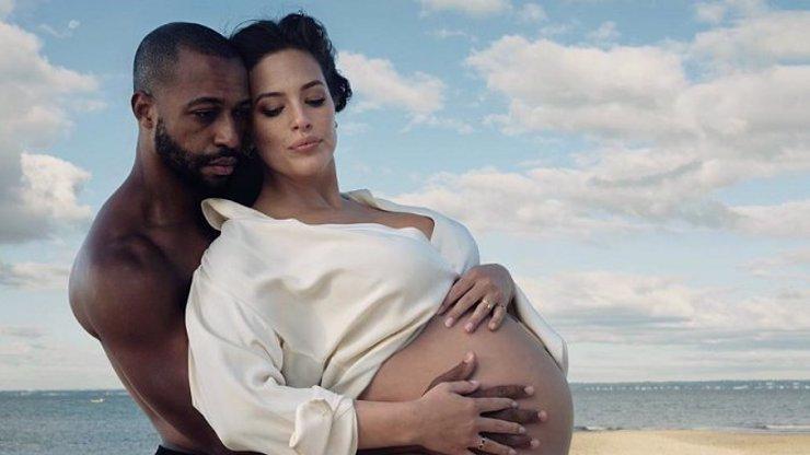 Plus size modelka Ashley Graham ukázala první fotky miminka a prozradila pohlaví