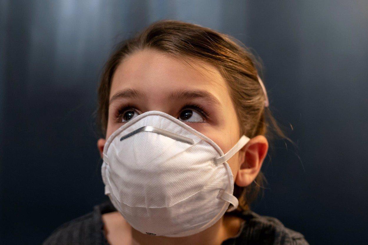 Pandemie skončí v srpnu, příští týden budou tisíce nakažených, tvrdí český biolog