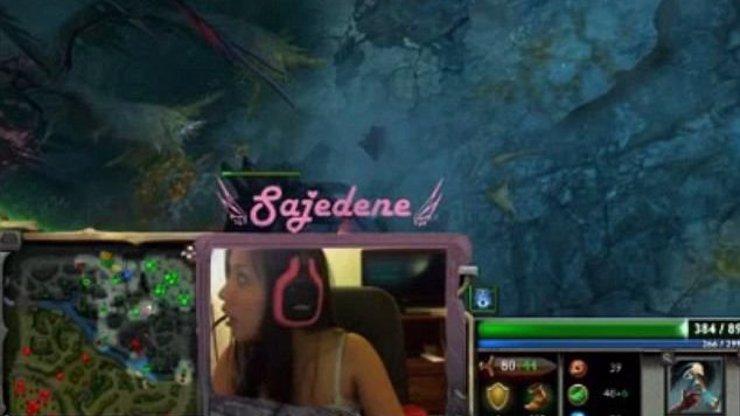 Hráčka videoher byla přepadena lupiči, když zrovna vysílala své paření na internet! Hraní her jí zachránilo život!