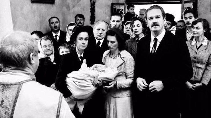 Krajina ve stínu: Černobílé drama o lidských slabostech i krvavě rudém násilí války