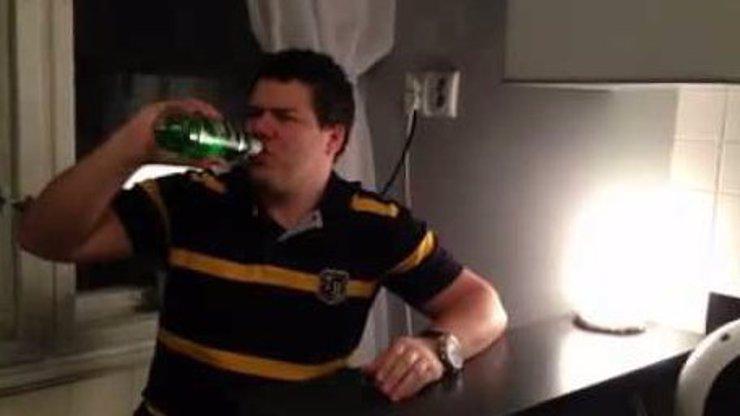 Pivní výzva? Pche, tohle je u nás frajer! Flaška zelené na ex a ještě nanominoval kamarády! To musíte vidět!