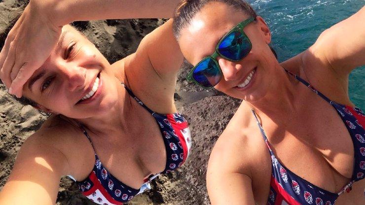 Alice Bendová vytasila svůj nadupaný dekolt: Sundej plavky, žadoní fanoušci