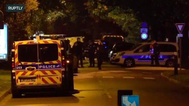 Brutální útok na pařížském předměstí: Muž sťal své oběti hlavu, křičel Alláhu Akbar