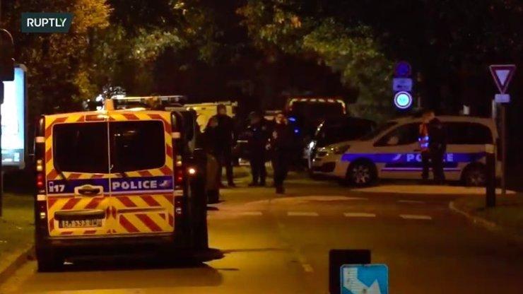 Slzy, hněv a protesty: Francie se bouří kvůli skandální popravě učitele dějepisu Samuela