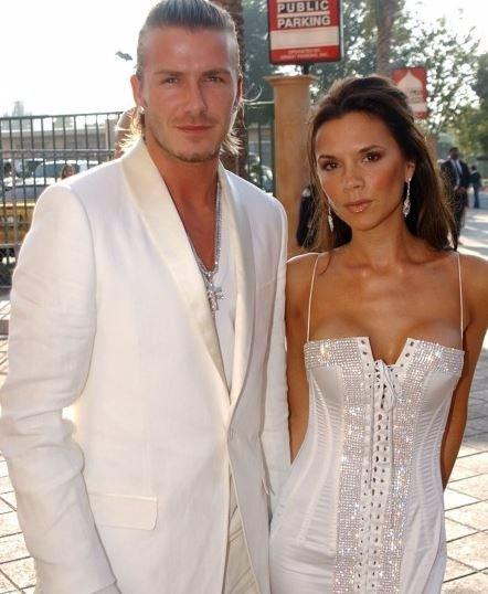 Beckhamovi slaví čtrnáct let manželství. Sledujte 7 fotografií od začátku jejich vztahu až po současnost. Neuvěříte, jak se Victoria kdysi smála