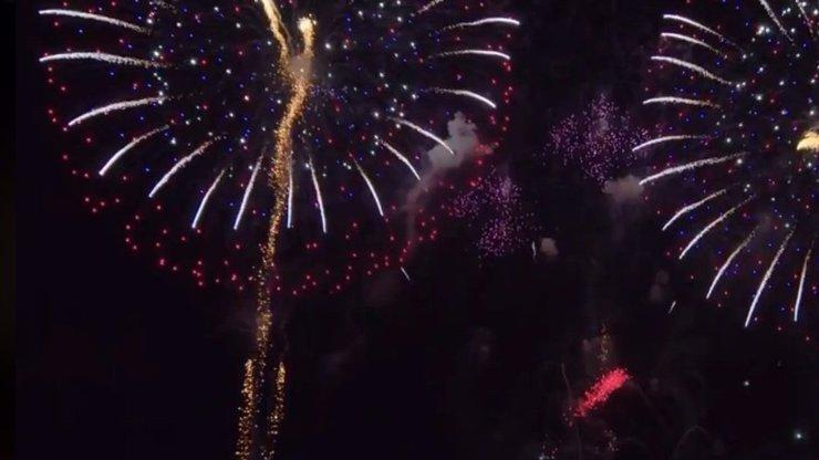 Novoroční ohňostroj ozářil Prahu. Hlavní město za něj dalo téměř dva miliony korun