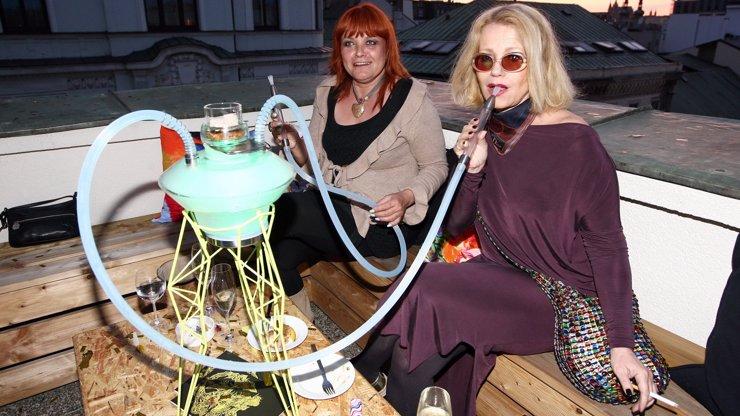 Milovnice sexuálního života Jitka Asterová na stará kolena pěkně provokuje: Takhle se chlubí, jak umí kouřit spoustu věcí najednou!