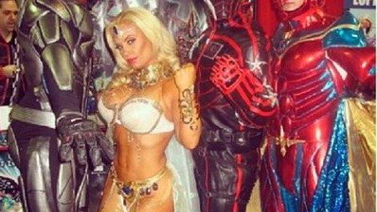 Cocomiks? Slavná prsatice Coco Austin se navlékla do kostýmu akční hrdinky. Mrkněte, jak jí z něj lezla ňadra!
