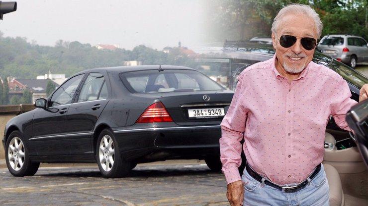 Mercedes po Karlu Gottovi je na prodej: Má i původní značky, kolik vás vůz bude stát?