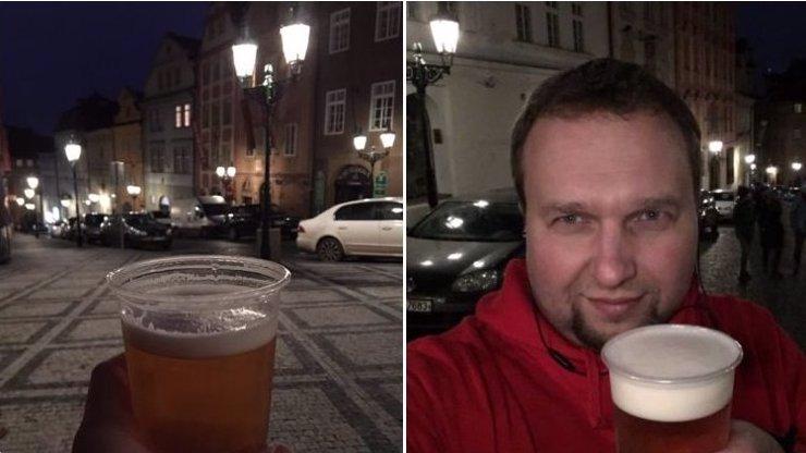 Další výtečník, co porušil nařízení: Marian Jurečka si dal venku pivo, sám se přitom naprášil