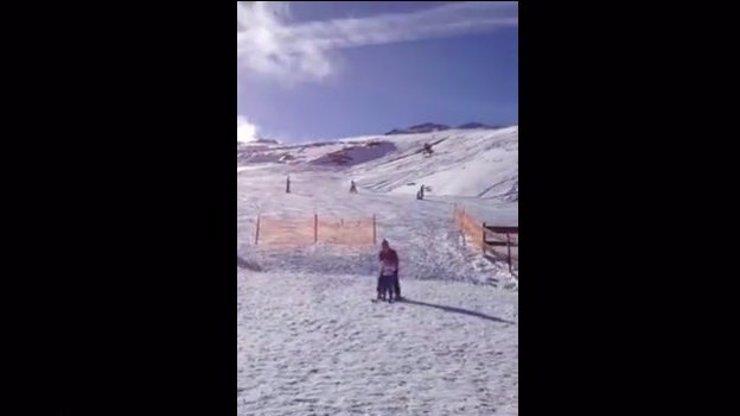 Neuvěříte, co provede lyžař, když se chce předvést před kamerou, tohle video vás položí