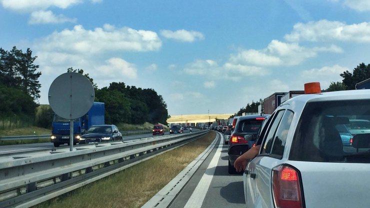 Sváteční klasika: Dálnici D1 blokovaly několikakilometrové kolony!