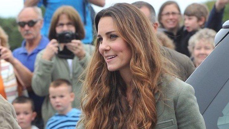 Jak to sakra udělala? Vévodkyně Kate je pět týdnů po porodu zase jako proutek (fotky neexistujícího břicha uvnitř článku)