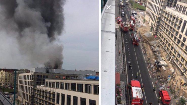 Požár střechy v Holešovicích: Černý kouř byl vidět několik kilometrů daleko