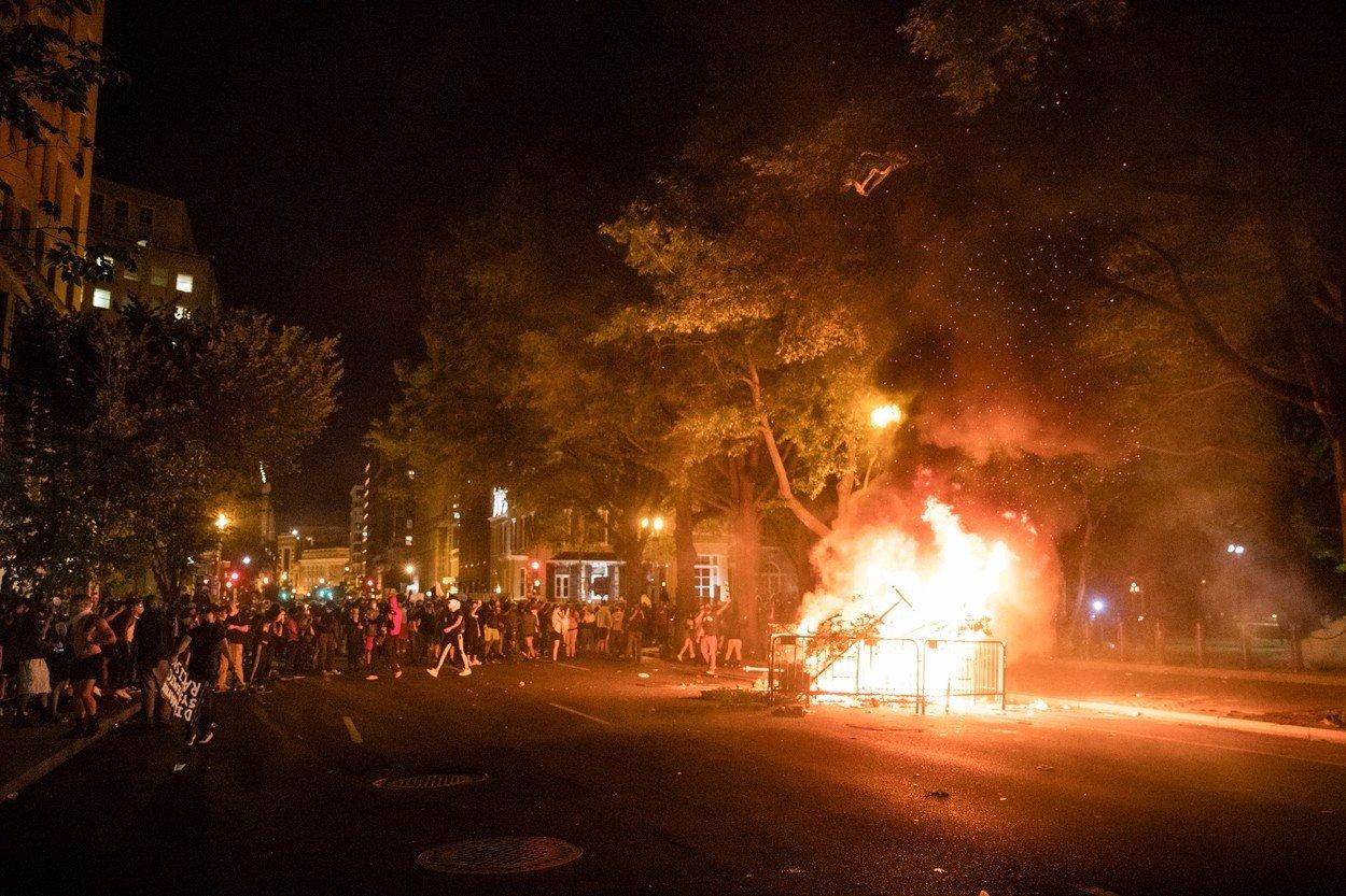 Demonstrace, ohně a rabování: Donald Trump se po násilné smrti černocha schoval do bunkru