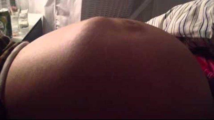 Šokující video: Břicho těhotné ženy vypadá opravdu divně. Co se to v něm děje?