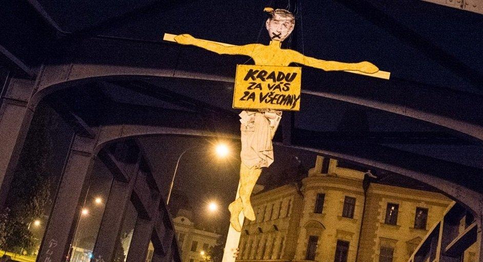 KRADU ZA VÁS ZA VŠECHNY! Češi pověsili Babiše na most v Českých Budějovicích