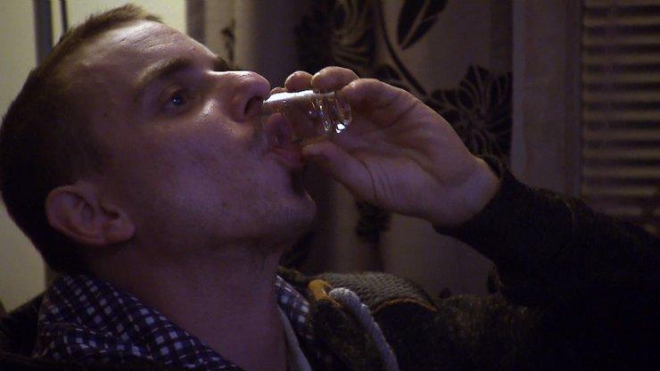 Výměna manželek v alkoholovém oparu: Dášu náhradní muž Lukáš přivítá opilý