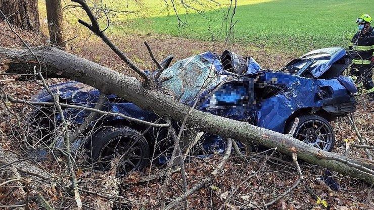 Prazvláštní nehoda na Příbramsku: Řidič naboural do stromu, spolucestující odešla neznámo kam