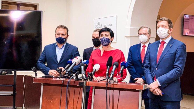 Opozice cupuje vládu: Je ke všemu hluchá, dělá nesmysly, je to úděsný chaos, zuří politici