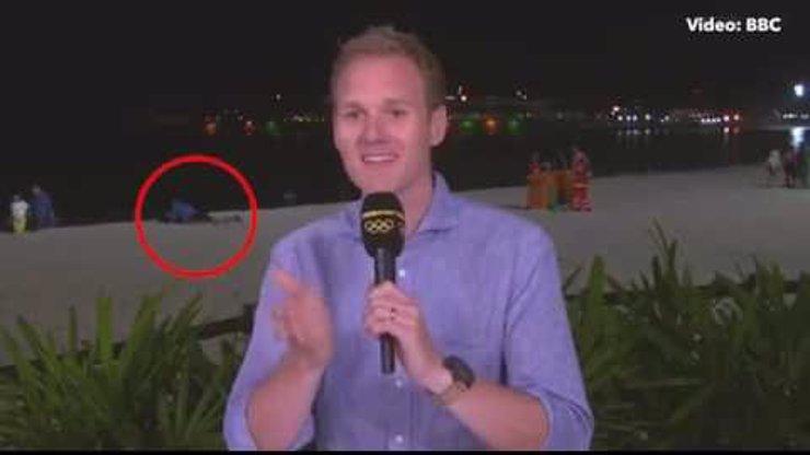 Novinář z BBC zažil životní rozhovor: Do záběru se mu dostal souložící pár! Neuvěříte, jak zareagoval!