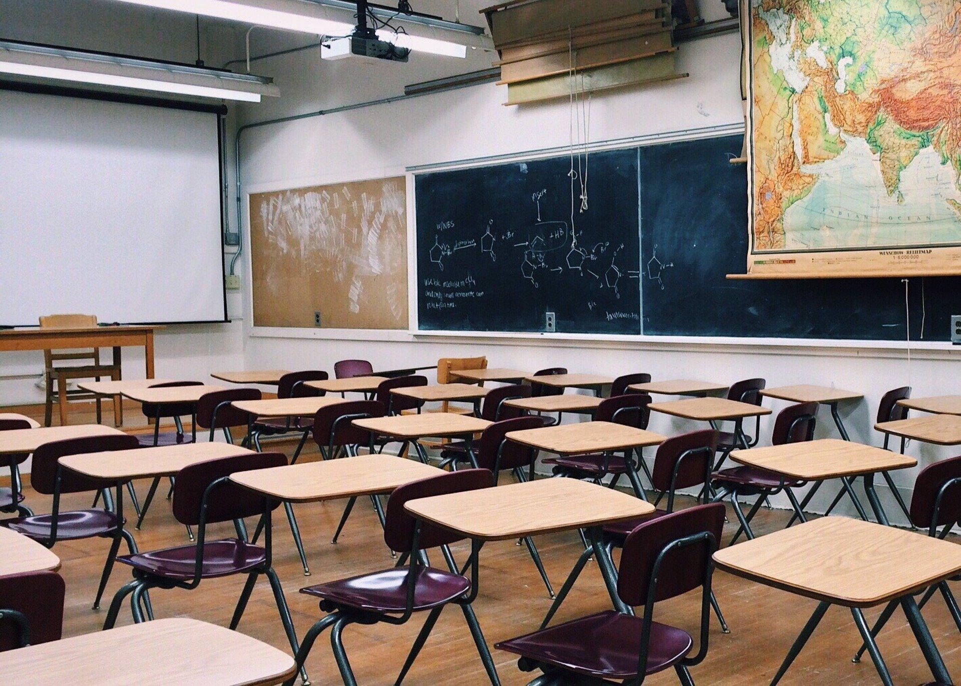 Hrozí zavření škol? Nejsou na to připravené, žákům chybí internet i počítače
