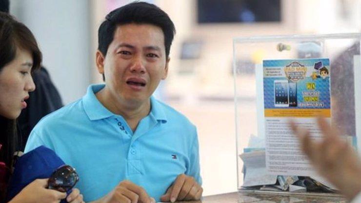 Chudý dělník plakal za vrácení peněz za iPhone, dočkal se jen posměchu! Lidé na něj uspořádali obrovskou sbírku