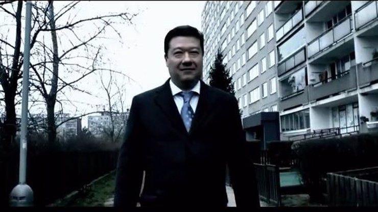 Tak to je konec: Tomio Okamura se těsně spojil s eunuchem proti chuligánům! Video jen pro otrlé…