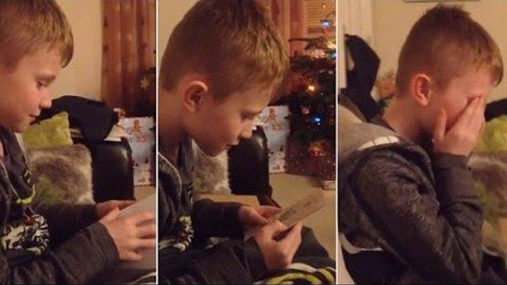 Chlapeček se u vánočního stromečku dozví, že bude bratrem. Ten pláč dojetí musíte vidět!