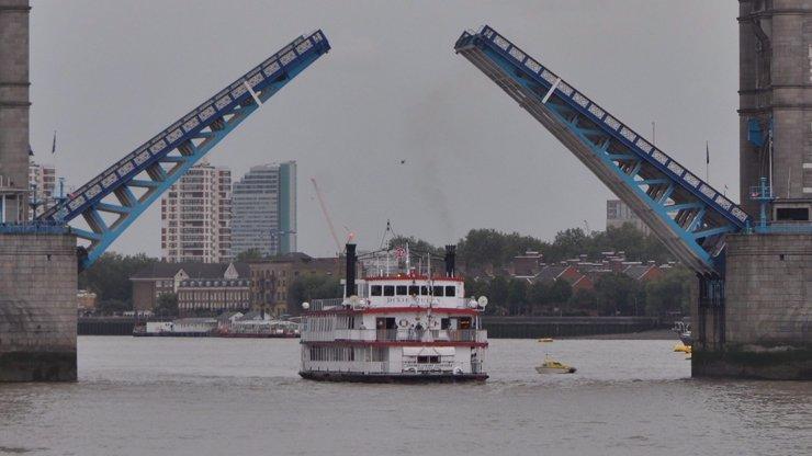 Dva muži chtěli autem přeskočit otevřený most. Jak to dopadlo?