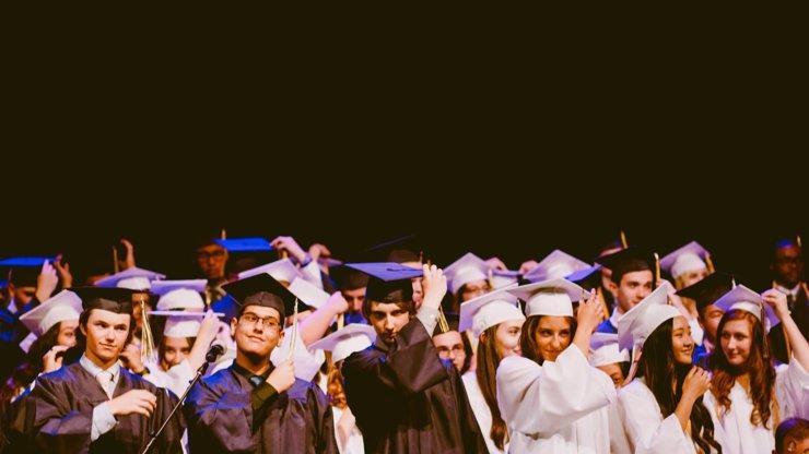 O absolventy je na trhu práce zájem. Na jaké benefity se je snaží zaměstnavatelé nalákat?