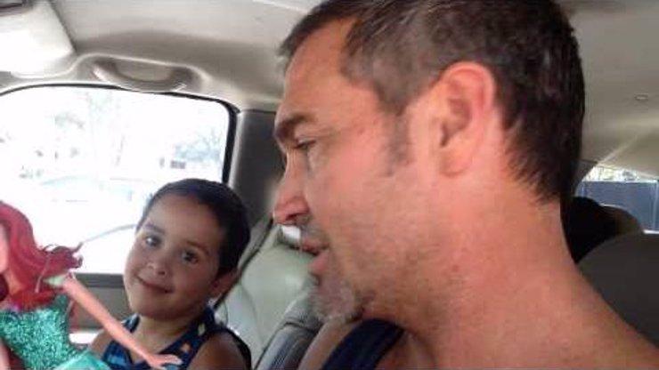 Kluk si místo autíčka koupil barbínku. Jeho táta se zachoval jako ten nejlepší rodič a takhle zareagoval!