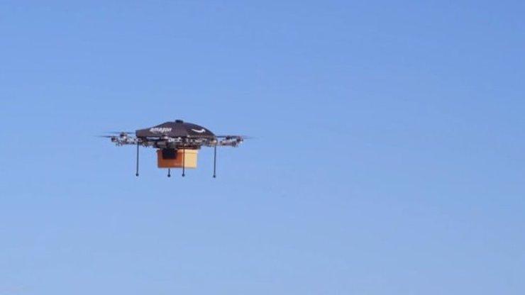 Sci-fi revoluce v kurýrních službách! Zásilky objednané přes Amazon vám dopraví před dům létající robot