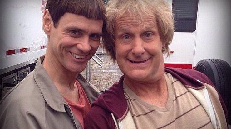 Idioti se vracejí! Jim Carrey a Jeff Daniels po dvaceti letech natáčí pokračování přiblblé komedie Blbý a blbější