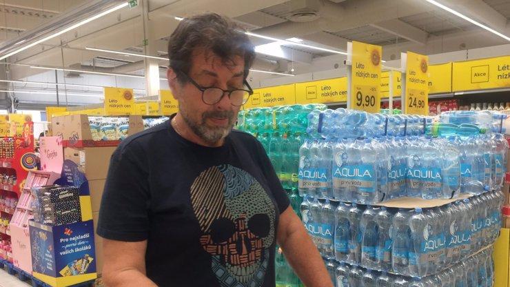 Četnická pomoc potřebným? Známý herec se zapojil do Letní potravinové sbírky