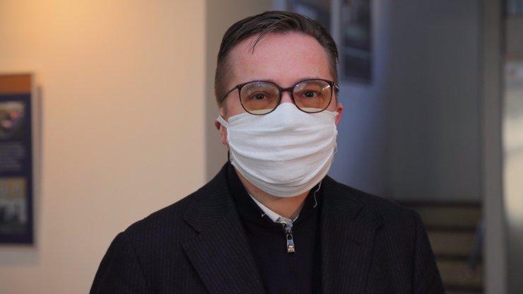 Roman Šmucler: Tvrdě o Babišovi a obrana Blatného. Vakcíny jsou, ale vláda je má ve skladech