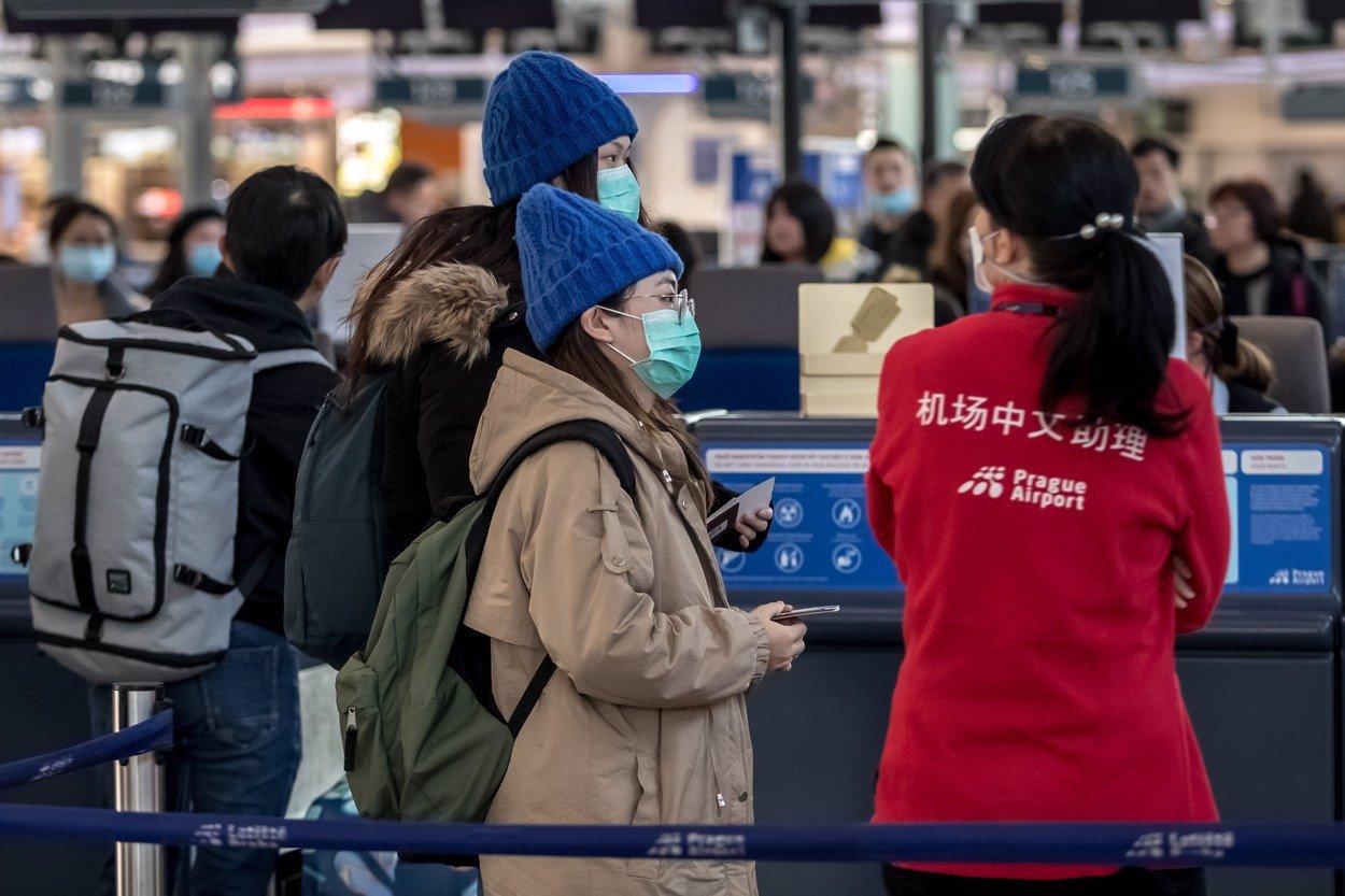 Smrtící epidemie se rozšiřuje v Japonsku: V Číně počet obětí koronaviru klesá