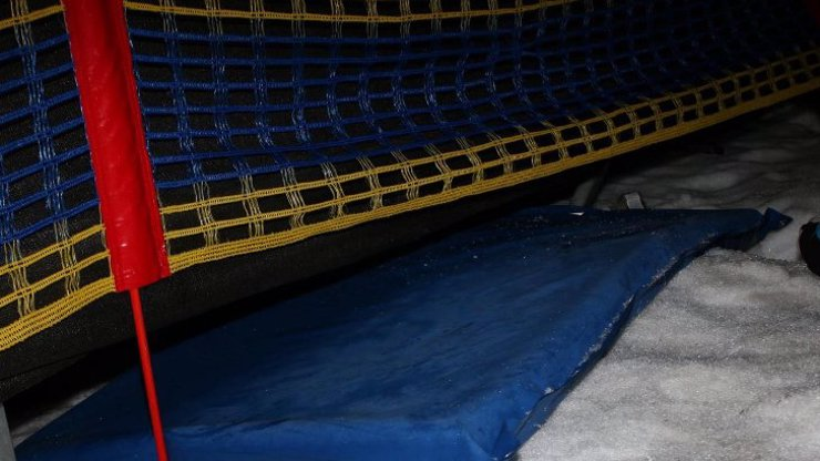 Smrt ve Špindlu: Muž (†30) chtěl sjet svah na matraci a v plné rychlosti narazil do tribuny!
