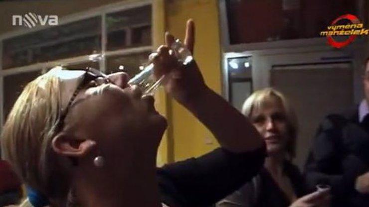 Vyměněná manželka Monika se na Moravě opila do němoty, psychicky zkolabovala a pak pozvracela kameramana