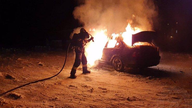 Šílený řidič v bavoráku blbnul na sněhu: Auto skončilo v plamenech