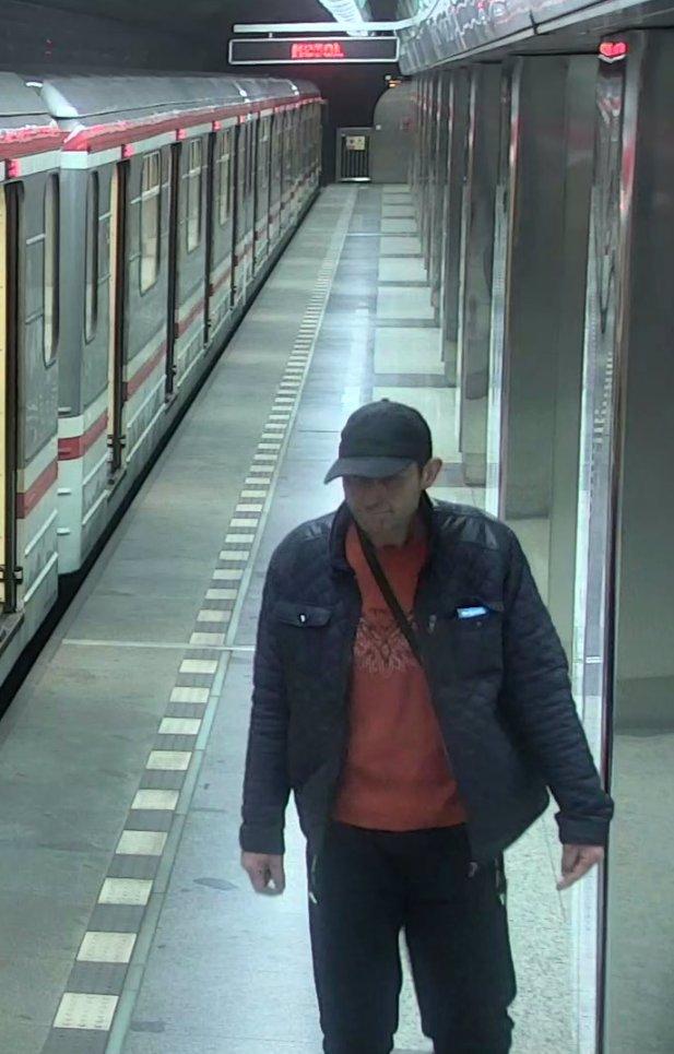 Čuně v pražském metru: 3 hodiny se ukájel, nádobíčkem mával na cestující!