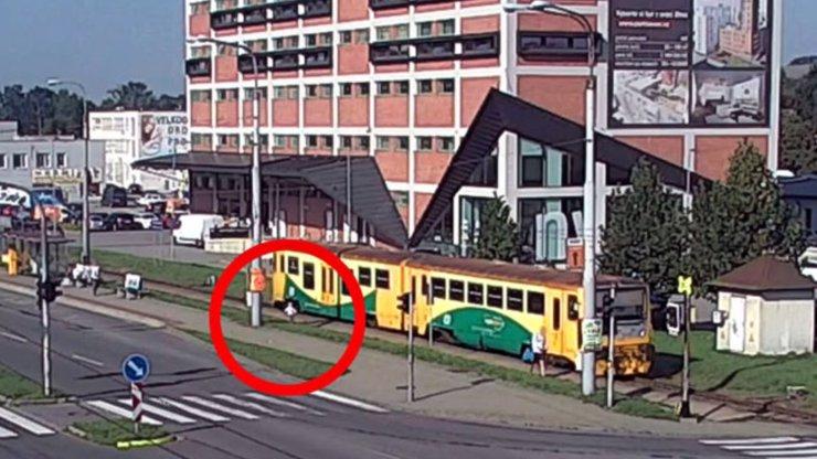 Chvíle plné hrůzy: Maminka pomohla dceři z vagonu, když chtěla vystoupit s kočárkem, vlak se rozjel