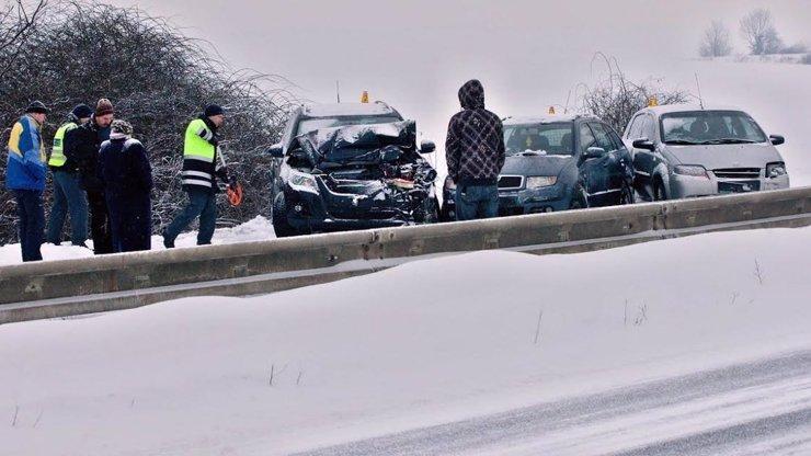 Zima udeřila a meteorologové vydali výstrahu: Místo silnic kluziště, kde to bude nejhorší