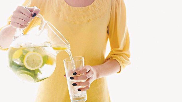9 důvodů, proč od zítra začnete pít každé ráno vodu s citronem