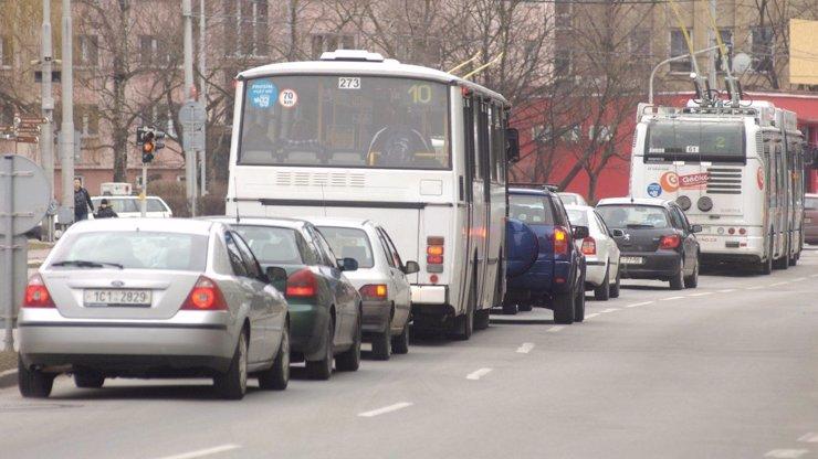 Hrdina z autobusu: Řidič u Jablonce zkolaboval, volantu se za jízdy chopil cestující