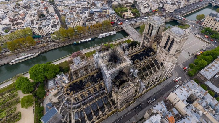 Letecký pohled na zpustošenou katedrálu Notre-Dame. Jak moc jí voda a žár poničily?