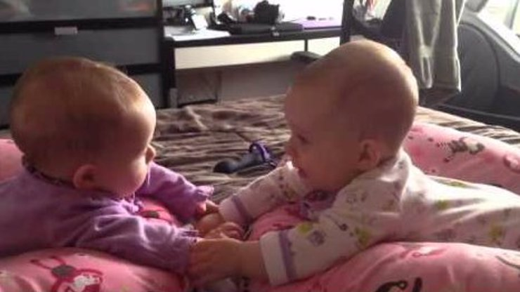 Dvojčátka spolu úplně poprvé